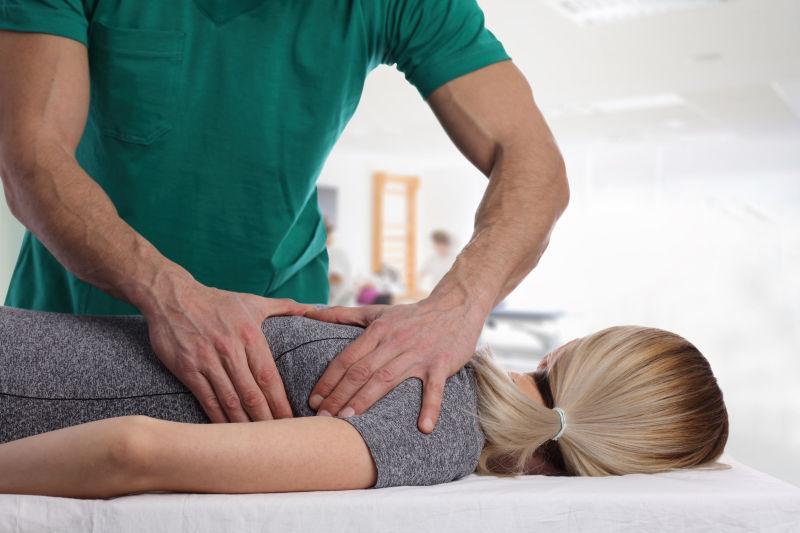 男性按摩师为女性按摩矫正脊椎骨病