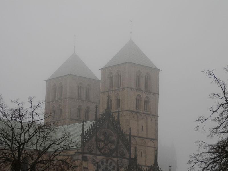 雾气弥漫的灰色早晨