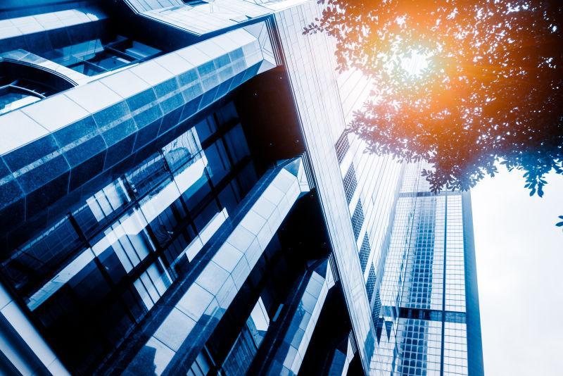 低角度的现代金属摩天楼