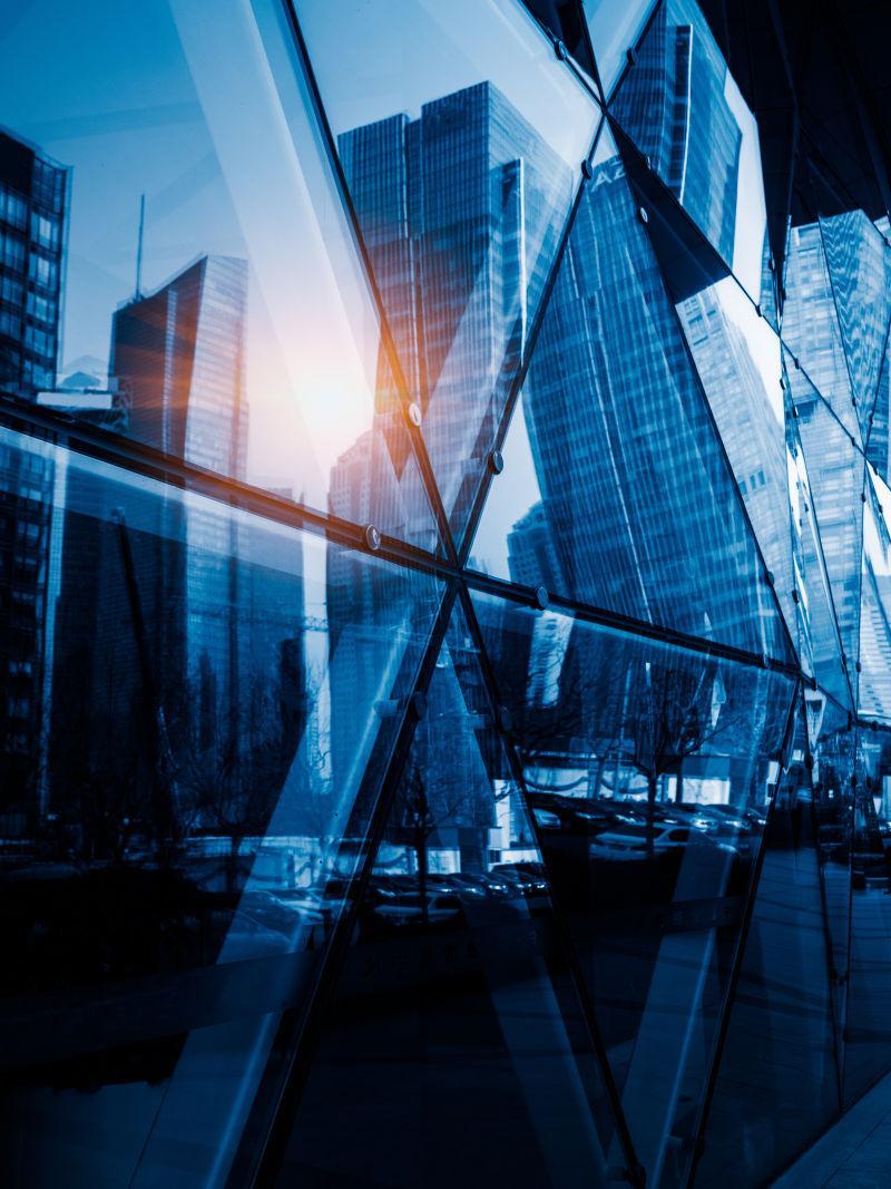 现代摩天大楼映在玻璃墙