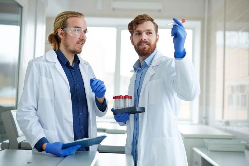 实验室中观察研究成果的男性科学家