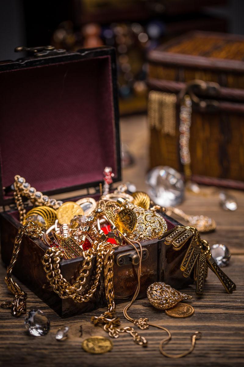 敞开的珠宝宝箱宝藏
