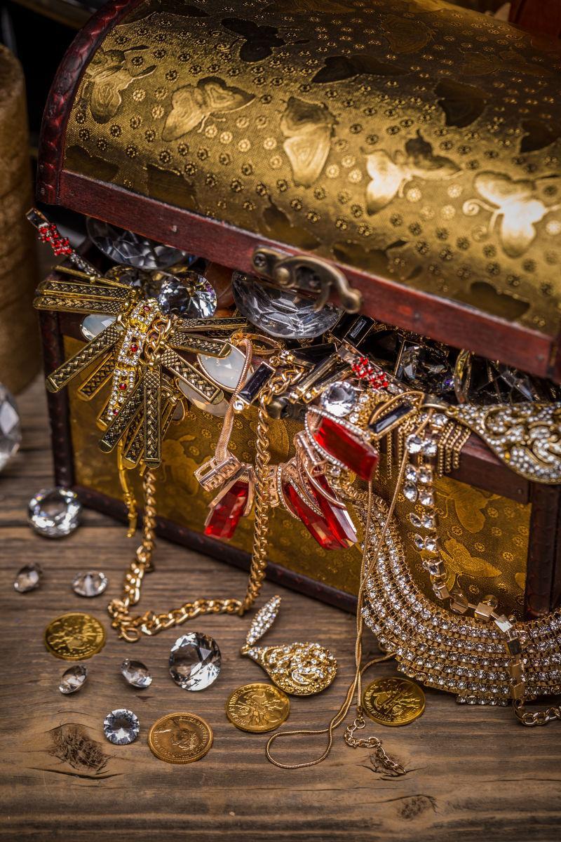 敞开的珠宝宝箱宝藏打开宝箱