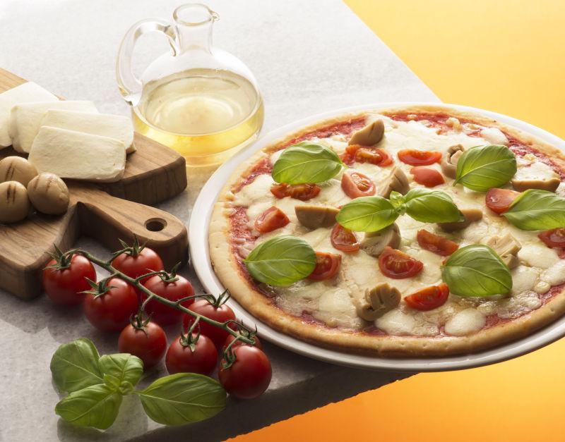 美味的番茄蘑菇比萨饼