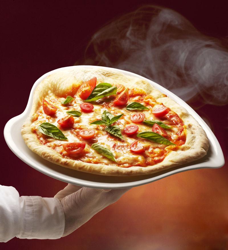 盘中的心型比萨饼