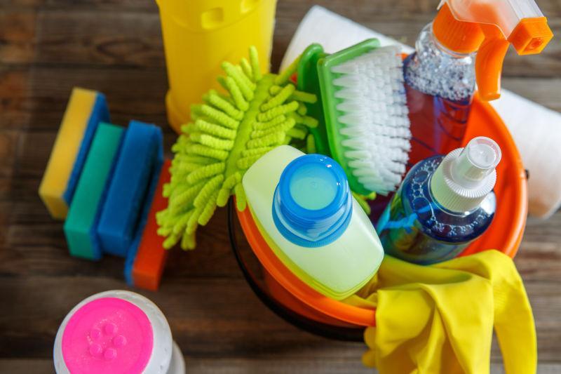 塑料桶里的各种清洁用品