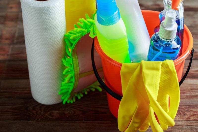 带清洁用品的红色塑料桶