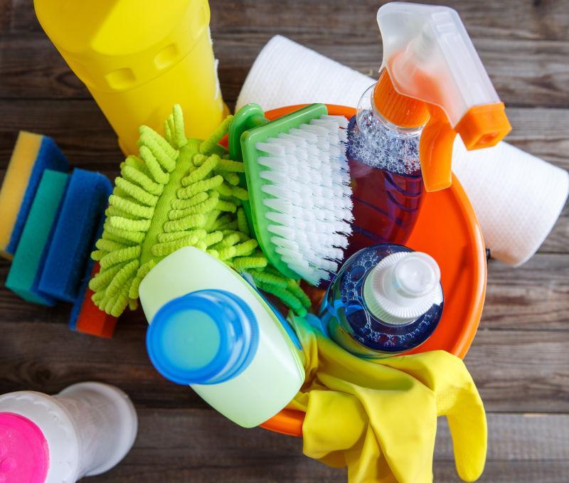 塑料桶里的清洁用品