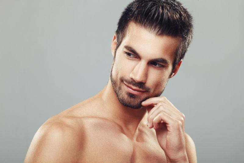 英俊的男性裸上身肖像