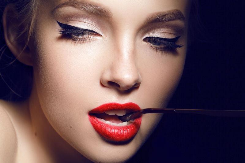性感的红色嘴唇的美女