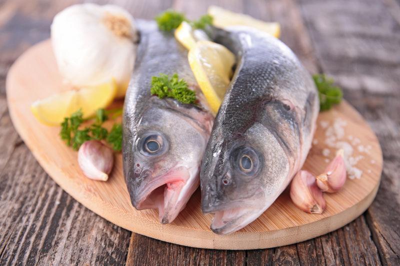 木板上的生鱼配料食材