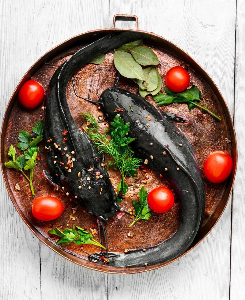 铜煎锅上生鱼和配料