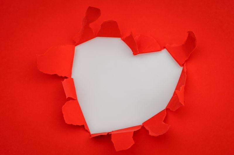 红色背景上被撕开的心形
