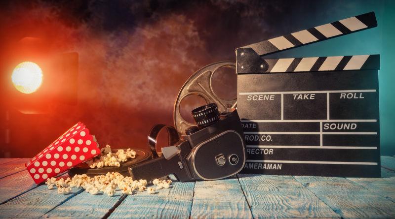 被电影设备照射下的爆米花