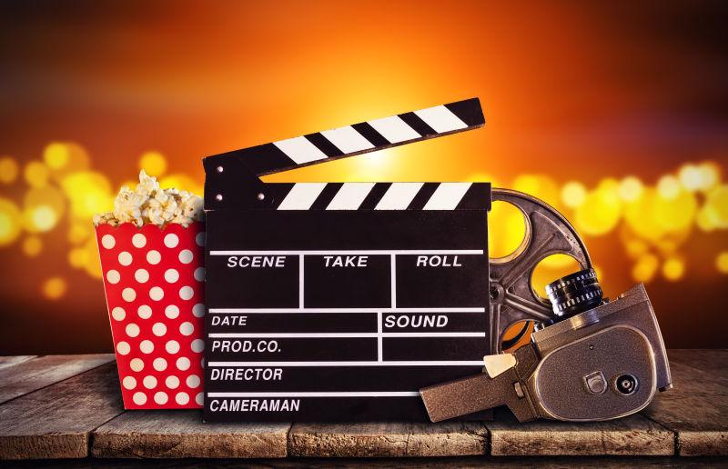 弥红灯背景下的爆米花与电影设备