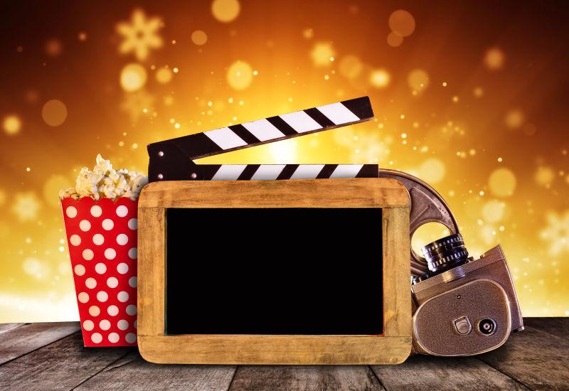 金色背景下的爆米花与影院设备