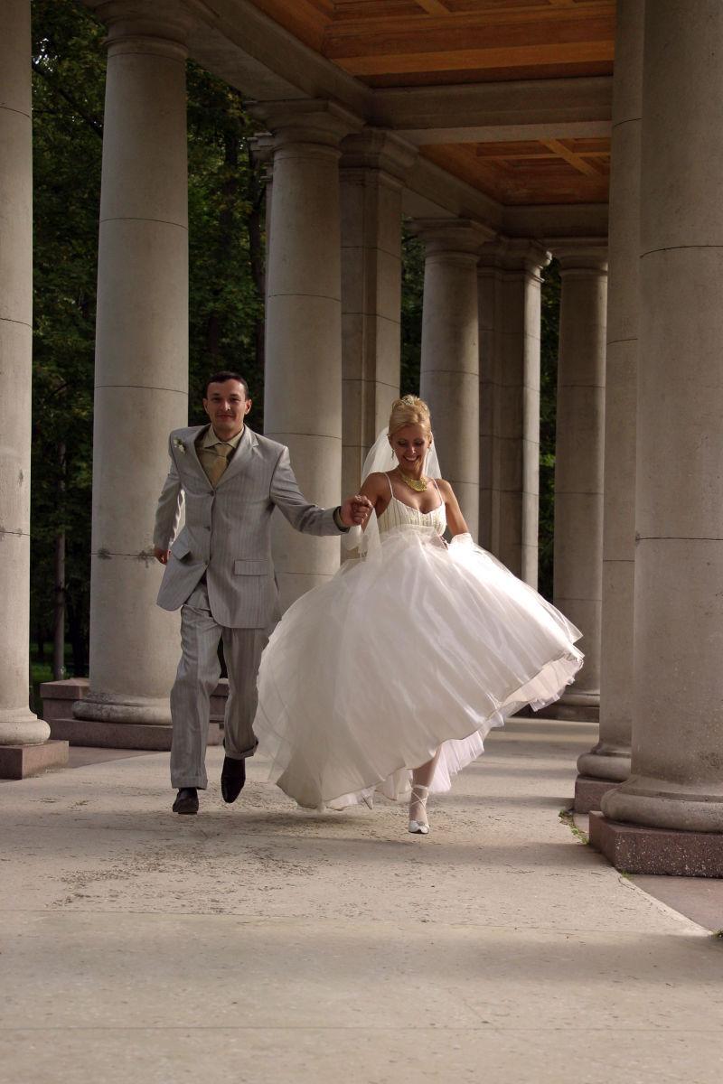 奔跑的新婚夫妇
