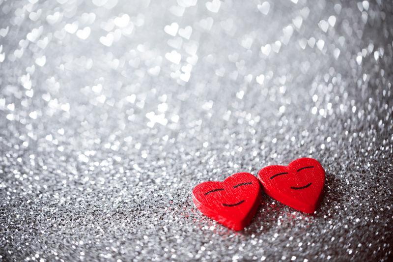 闪亮背景中的两颗红心