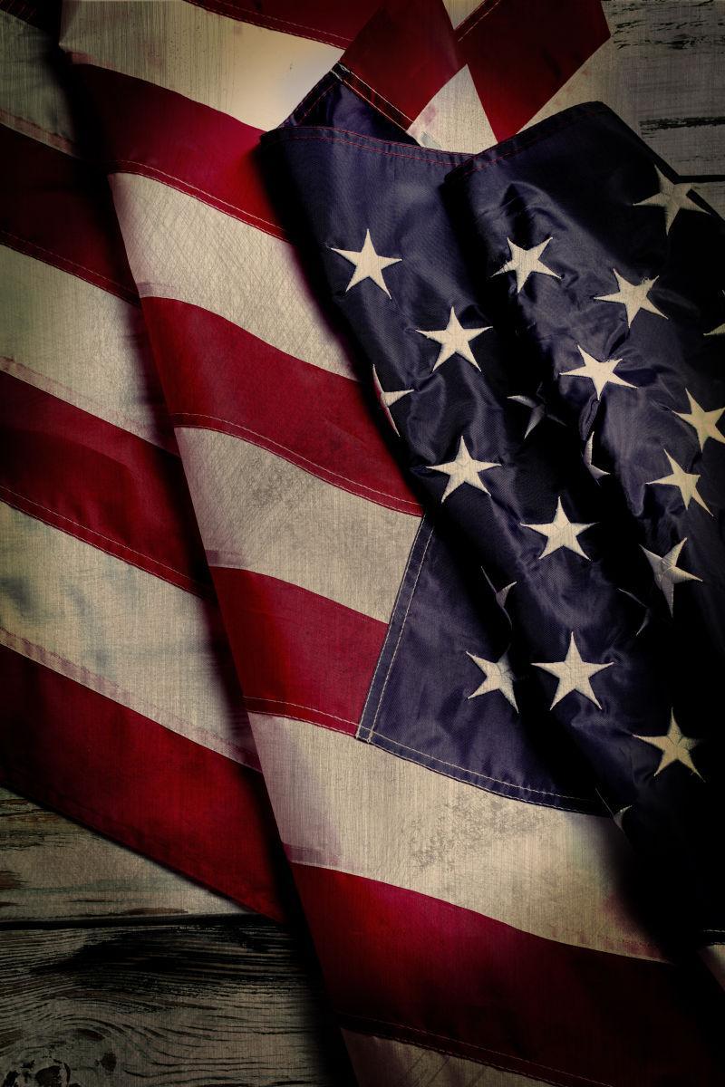 木质桌上的美国国旗背景上