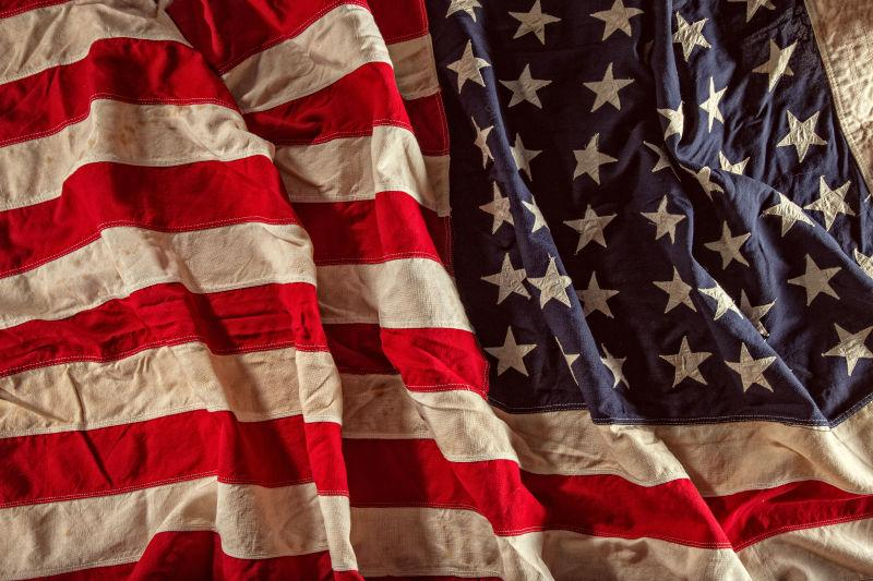 皱巴巴的美国国旗