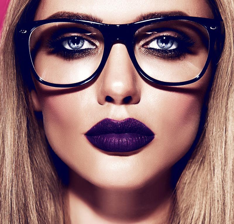 带着眼镜的涂着紫色口红的美女