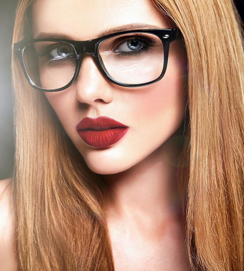 带着黑框眼镜的金发美女肖像