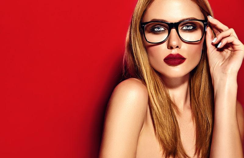 靓丽的金发美女的黑框眼镜