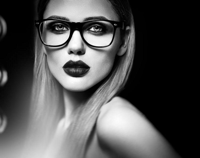 迷人的带着眼镜的金发女模特