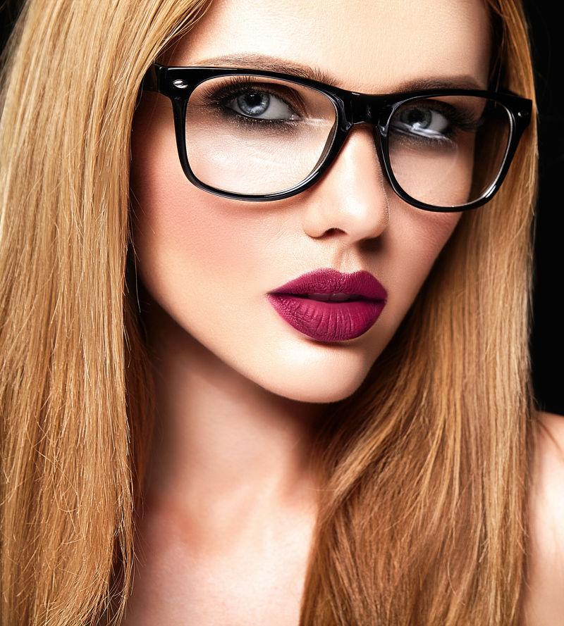 带着眼镜的美丽金发女模特肖像