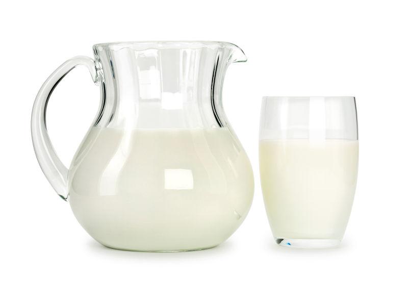 白色背景前杯子中的牛奶