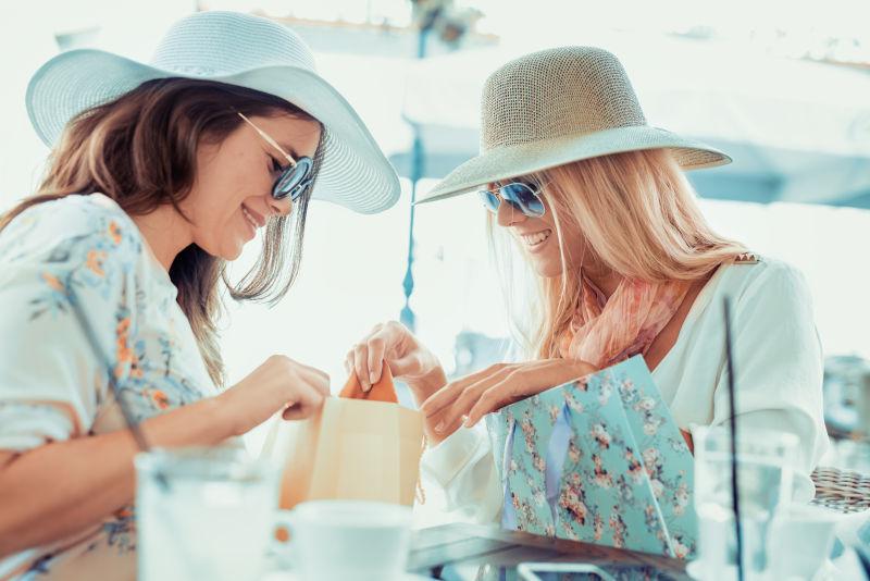 女人在咖啡馆购物后放松
