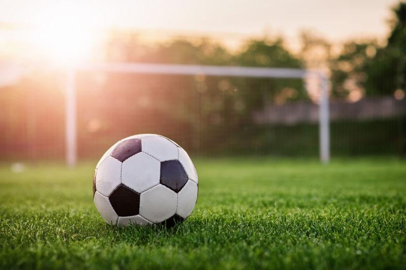 阳光下的足球