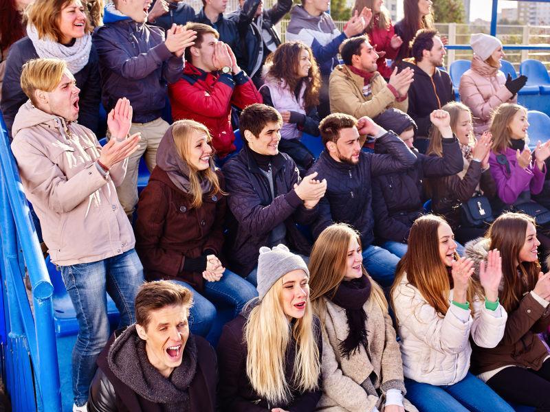 球迷们在体育场欢呼喝彩鼓掌