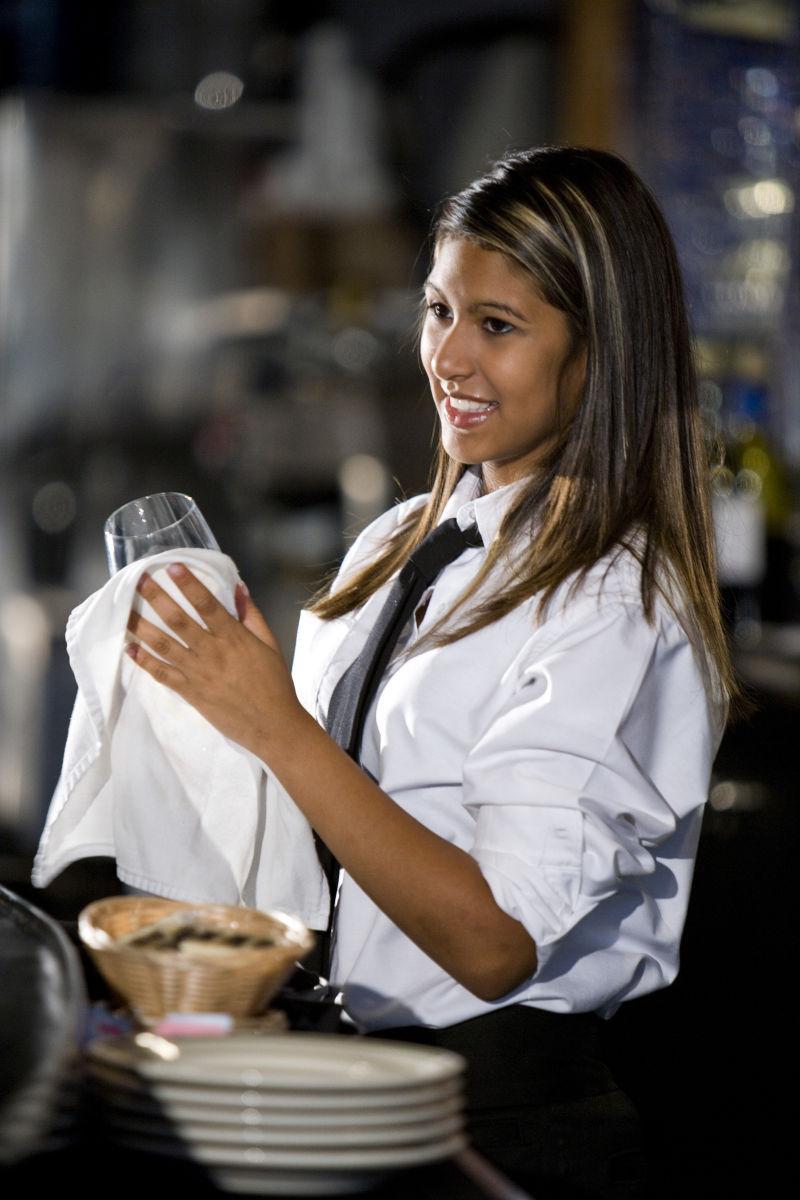 西班牙女调酒师烘干酒杯