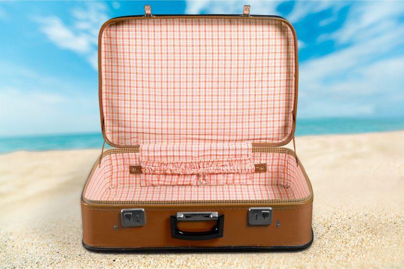 蓝天下的老式手提箱