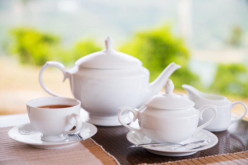 木桌上的瓷器茶具