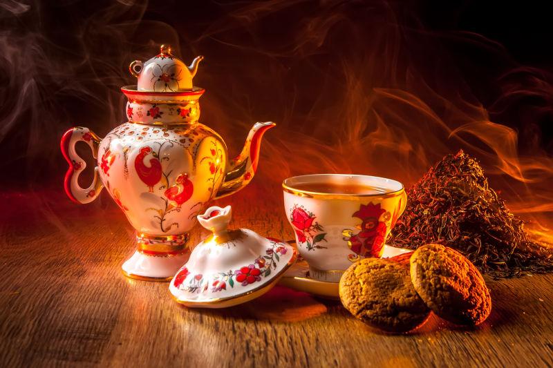 古董茶具和点心在桌子上