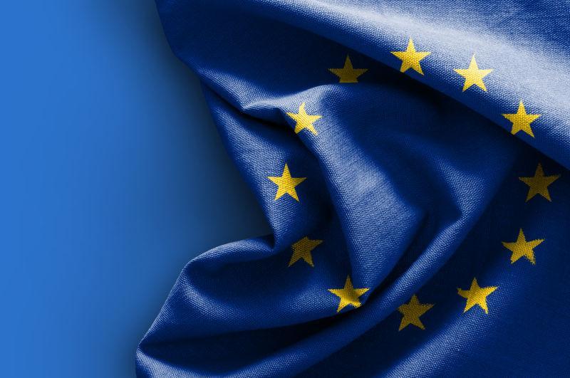 蓝色背景下的欧洲国旗