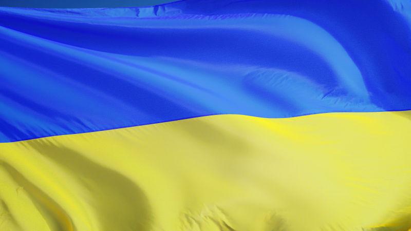 乌克兰国旗迎着蓝天飘扬