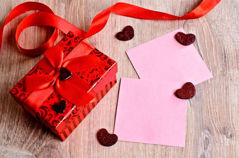 情人节红色丝带礼物和卡片