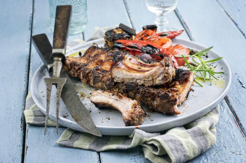 烤排骨和刀叉在白色盘子中