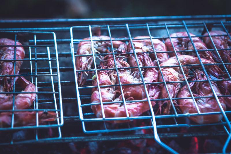 烧烤夹中的烤虾