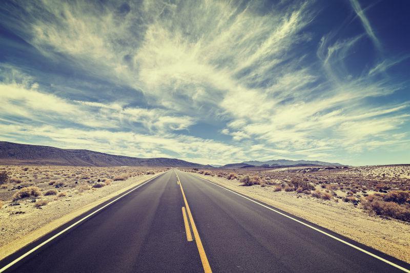 蓝天白云下的沙漠公路
