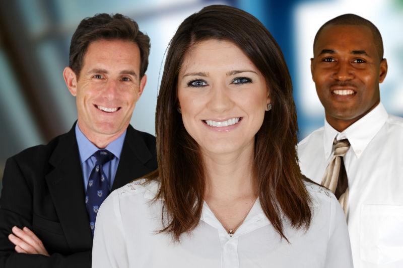 三个面带笑容的商务人士