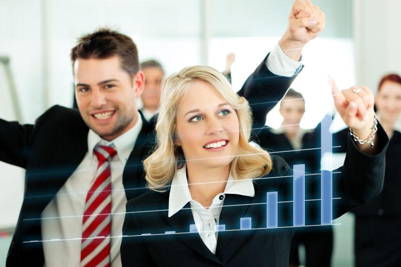 举手庆祝的商务团队