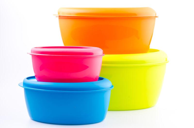 四个彩色的塑料桶