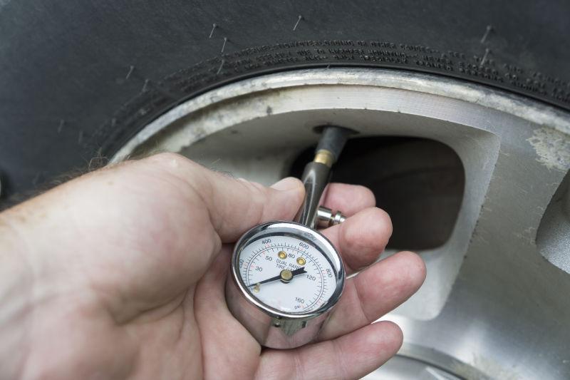 胎压检测表正在检测气压