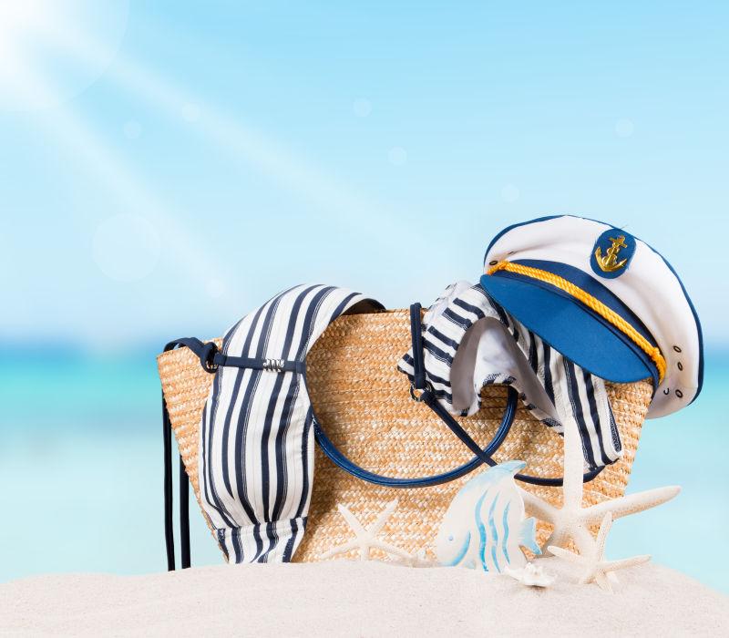 沙滩上的泳装和帽子