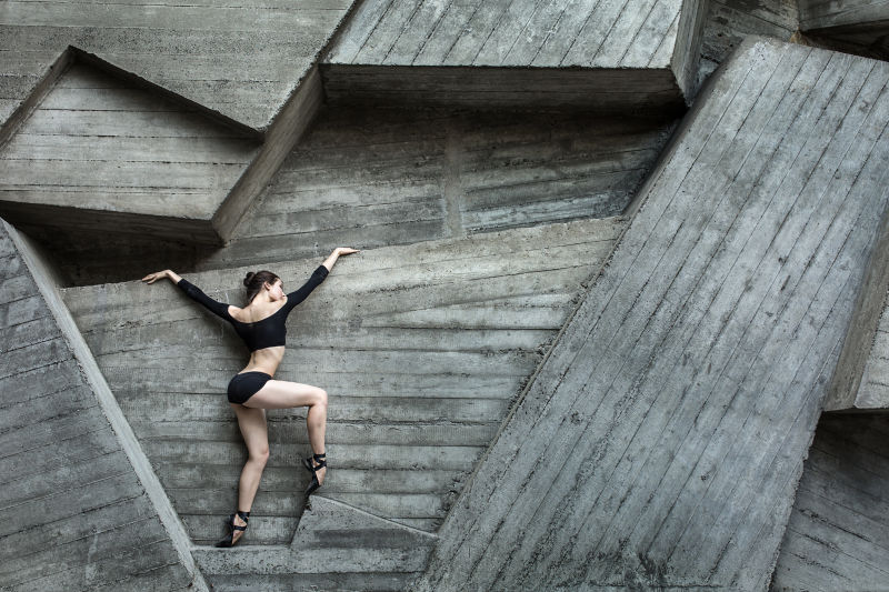 穿着黑色紧身衣的优雅芭蕾舞女