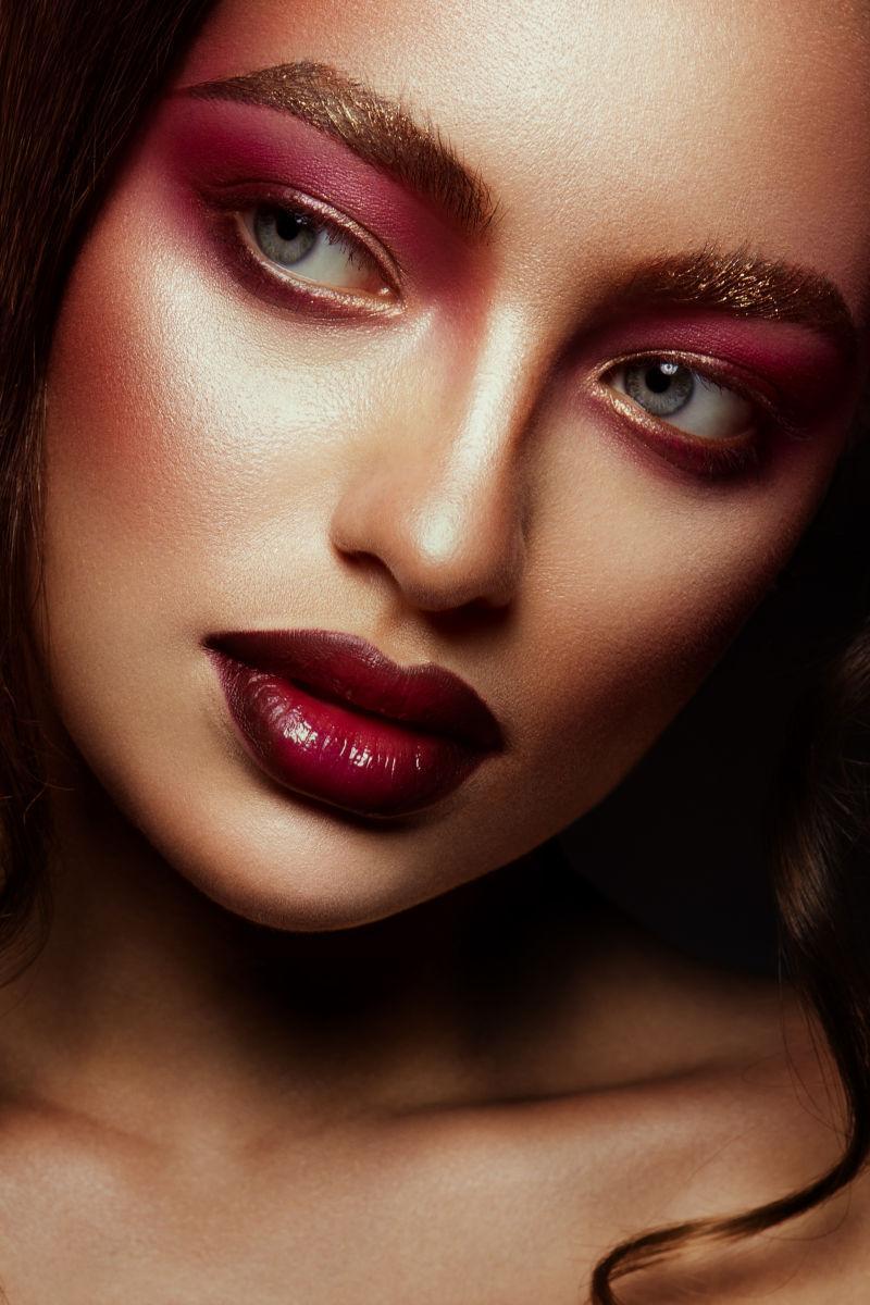化妆的美丽的女人特写